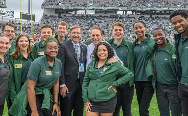 Photo of the entire 2019 Homecoming Court, including President Samuel L. Stanley Jr., M.D. and men's basketball coach Tom Izzo